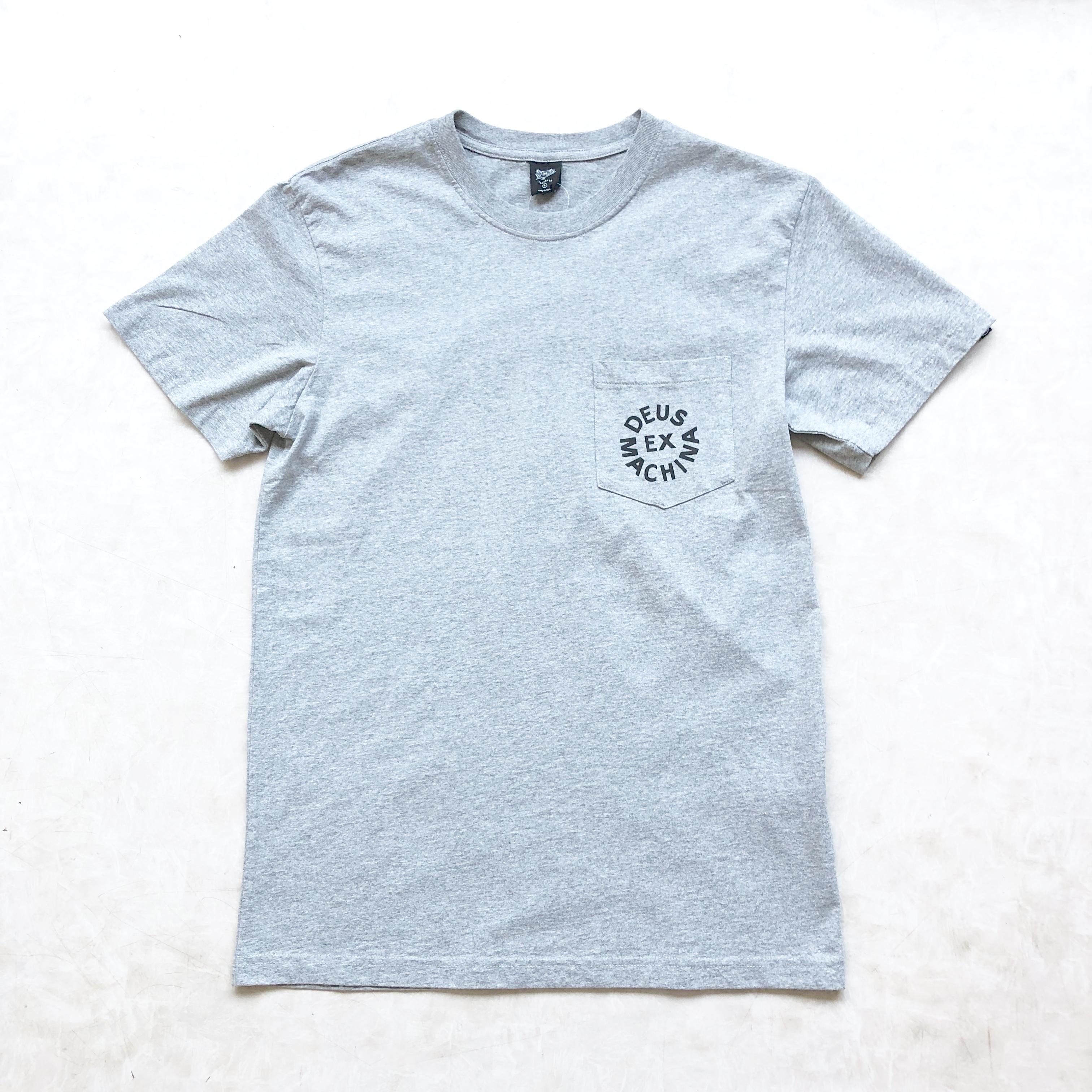 DEUS EX MACHINAデウスエクスマキナ Deus Logo ポケTシャツ グレー