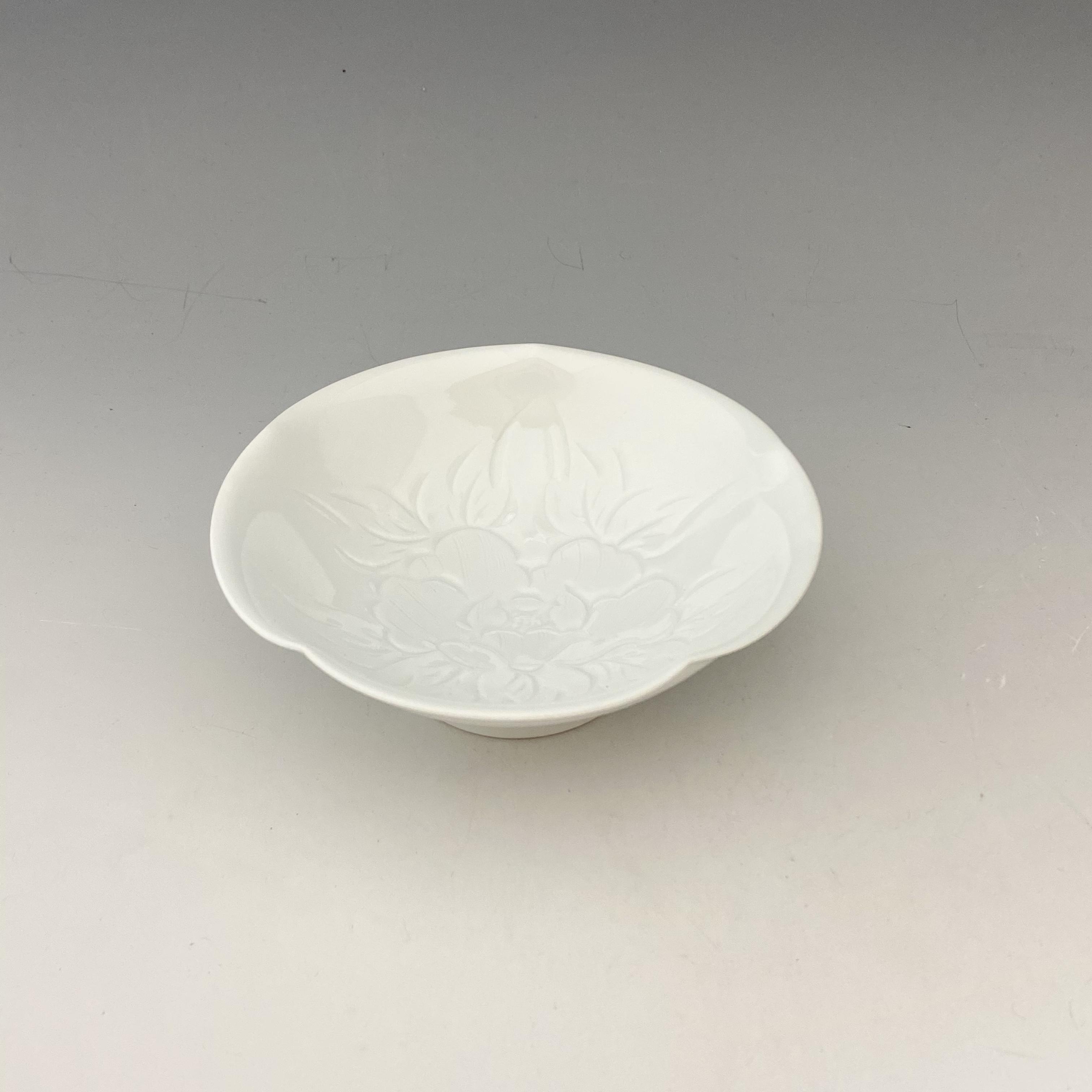 【中尾恭純】白磁牡丹彫小鉢