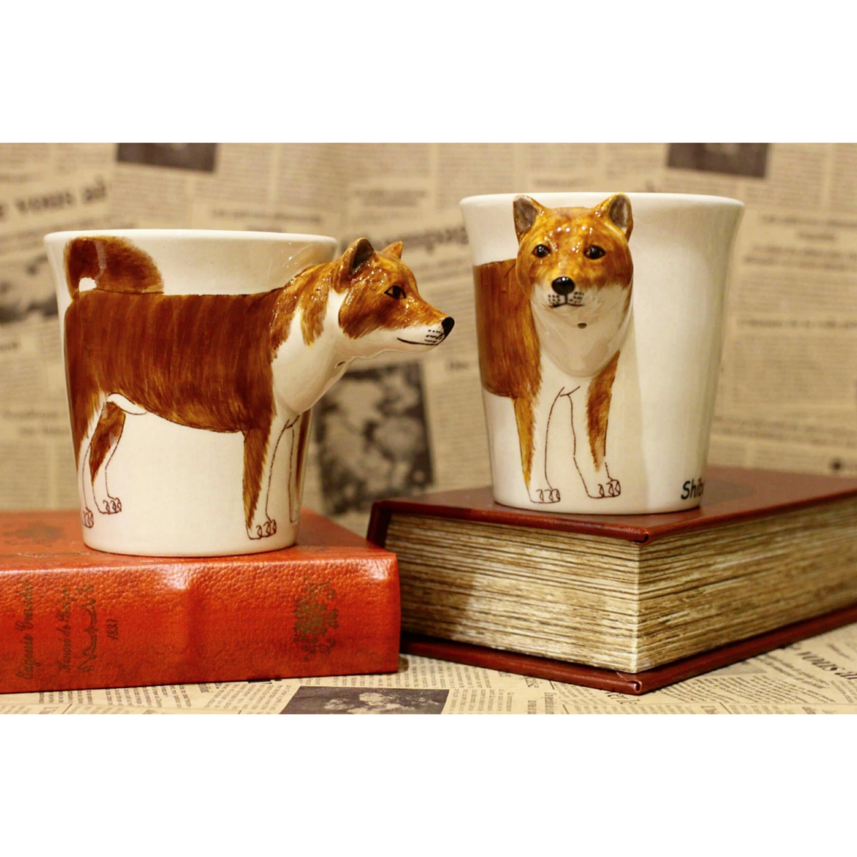 犬のはみ出し顔のマグカップ(柴犬)【電子レンジ/食洗機対応】/浜松雑貨屋 C0pernicus
