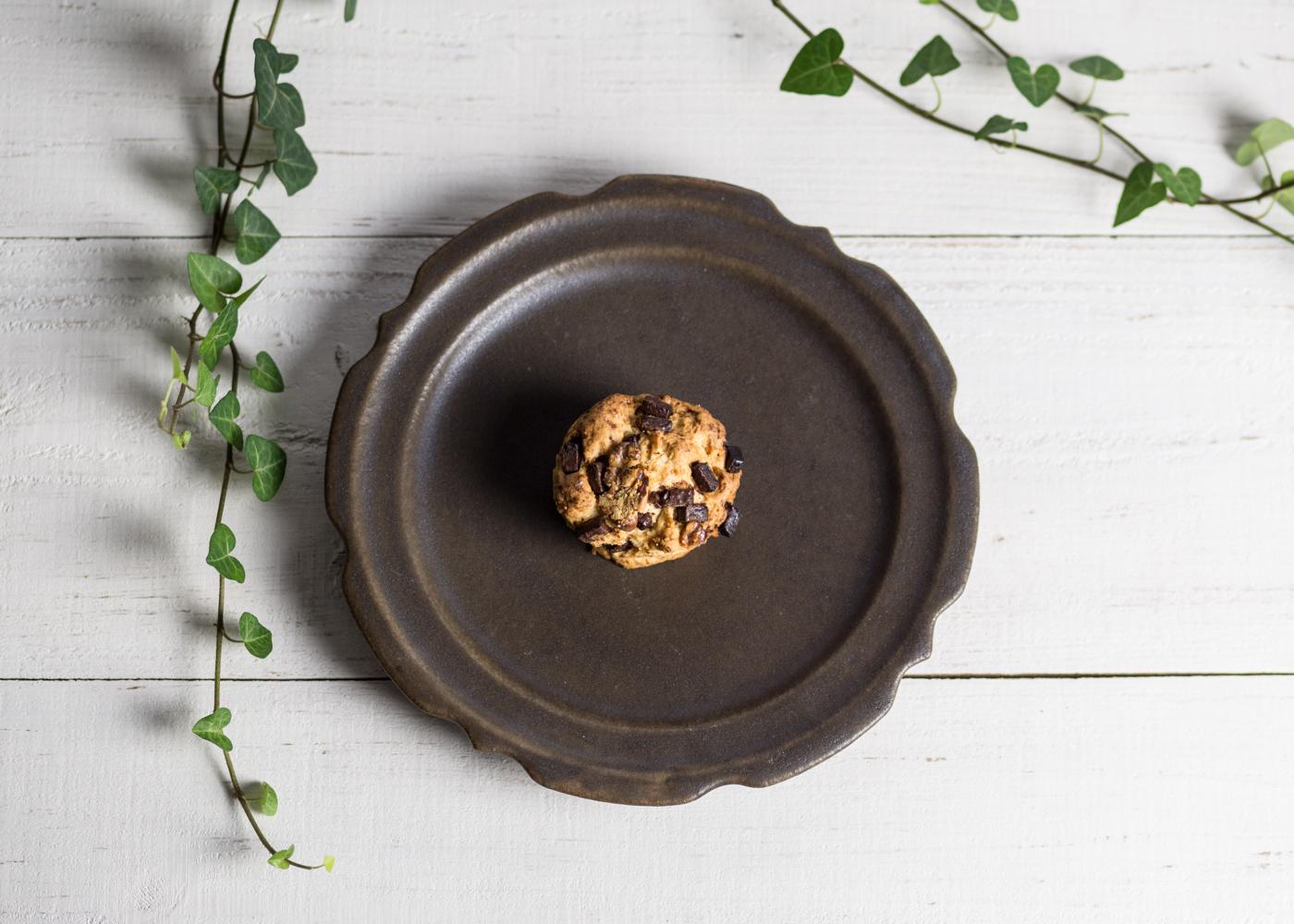 サビ釉 彫刻皿(7寸)/古谷 浩一