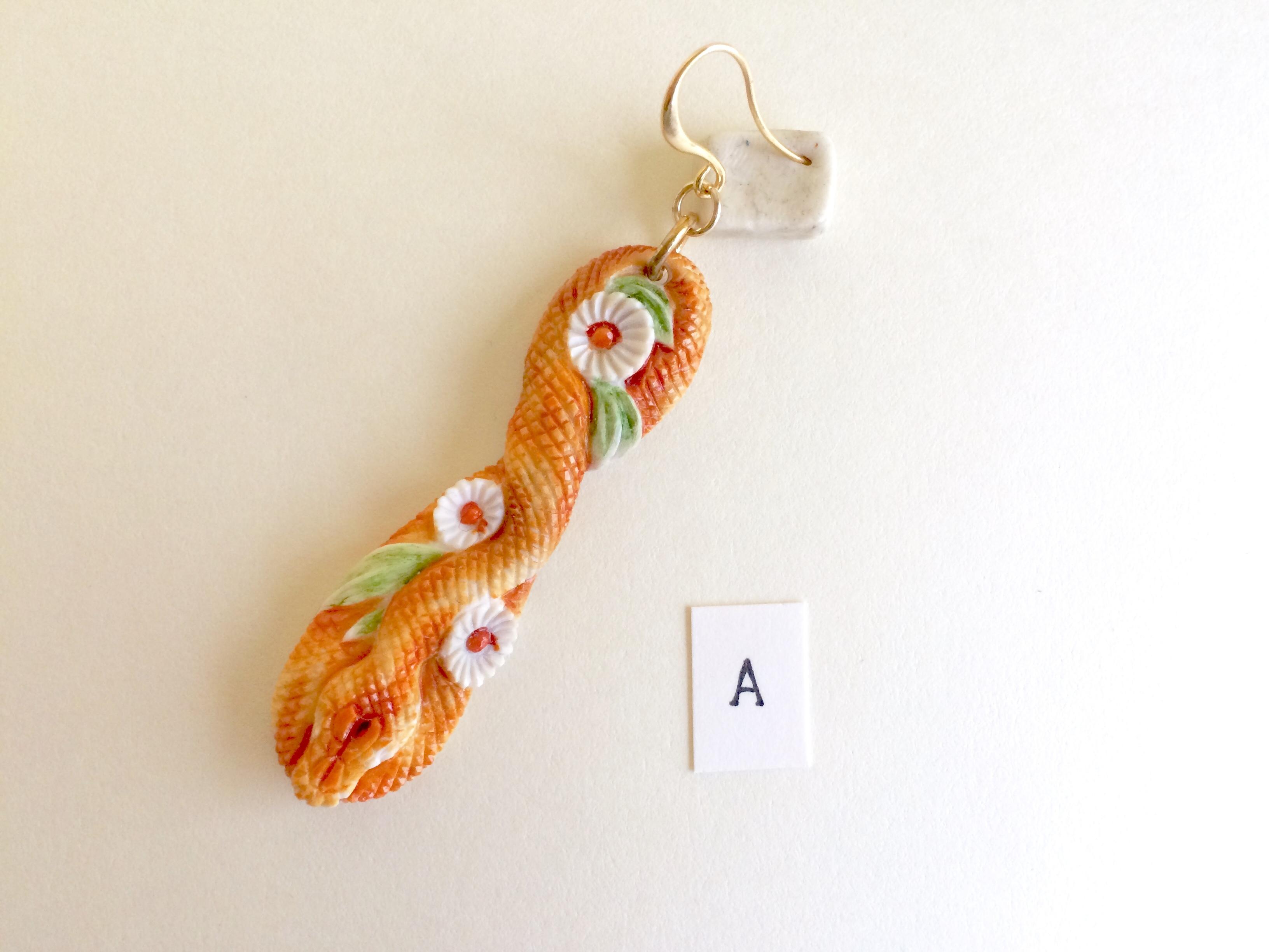 鹿角彫刻のピアス(蛇と菊 着彩)