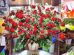 ar017 フラワーアレンジ 赤バラとカスミ草