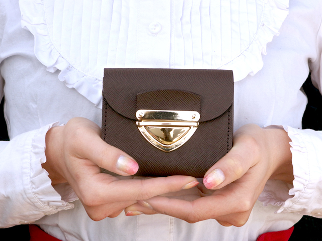 身軽にキメたい時のコンパクト財布|P式プリズムレザー・チョコ