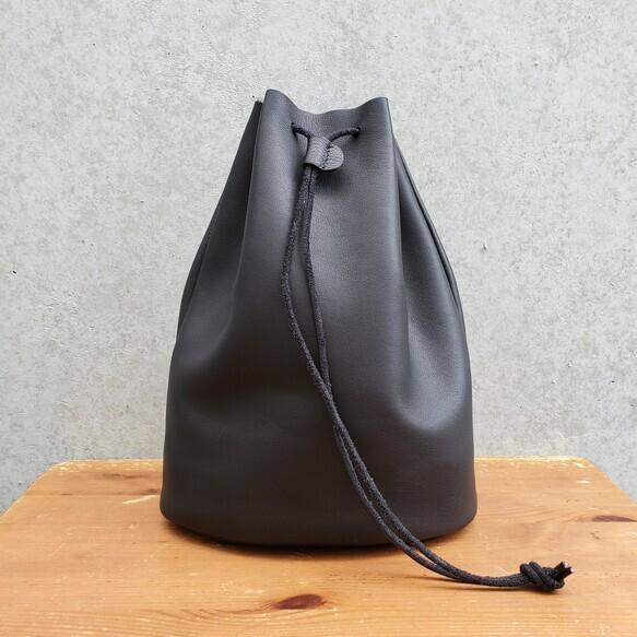 """""""Utility Bag02"""" 大人のためのレザー巾着(底あり) -柔らかくほどよい厚みが安心の牛革  - 画像1"""