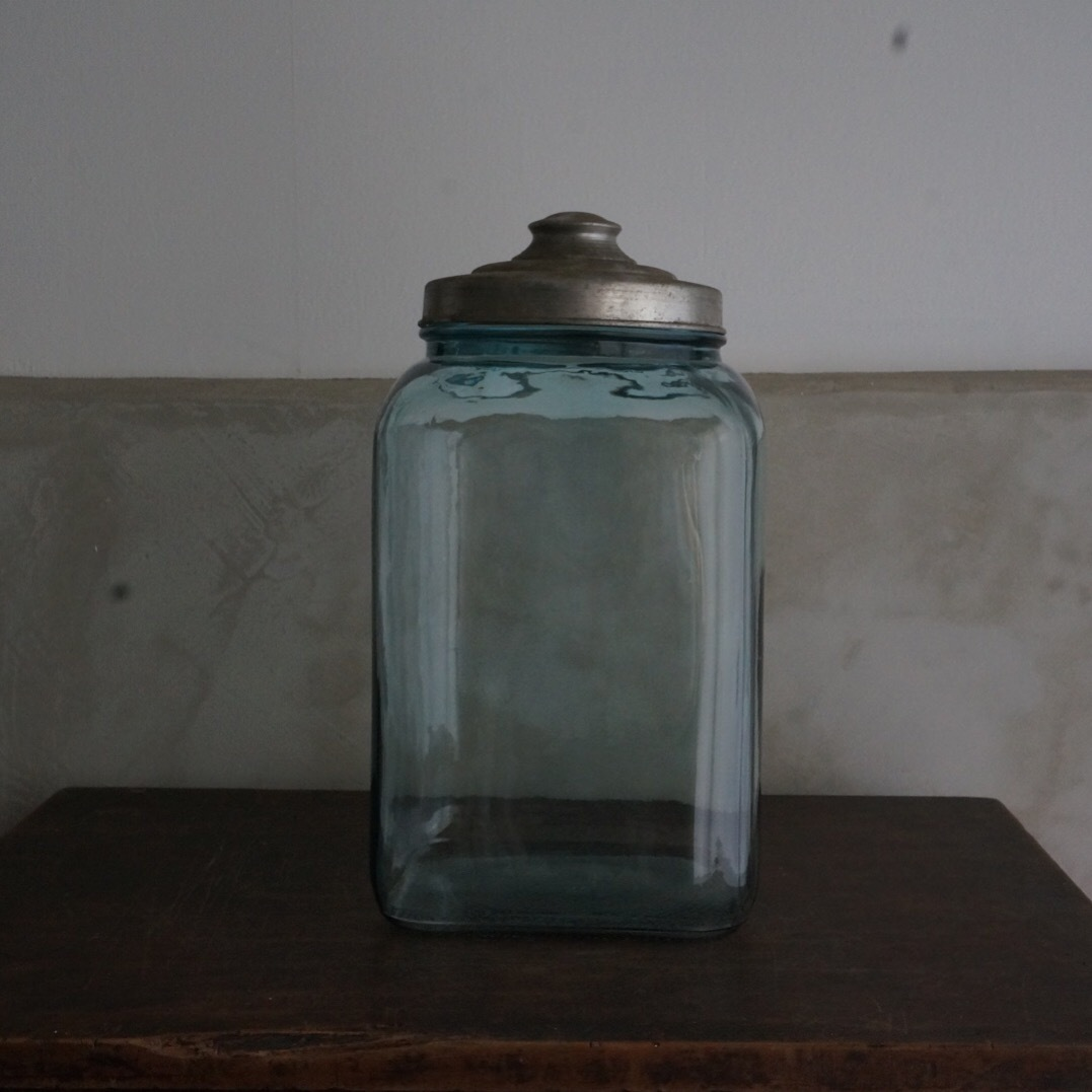 古い国産のガラス瓶(中)