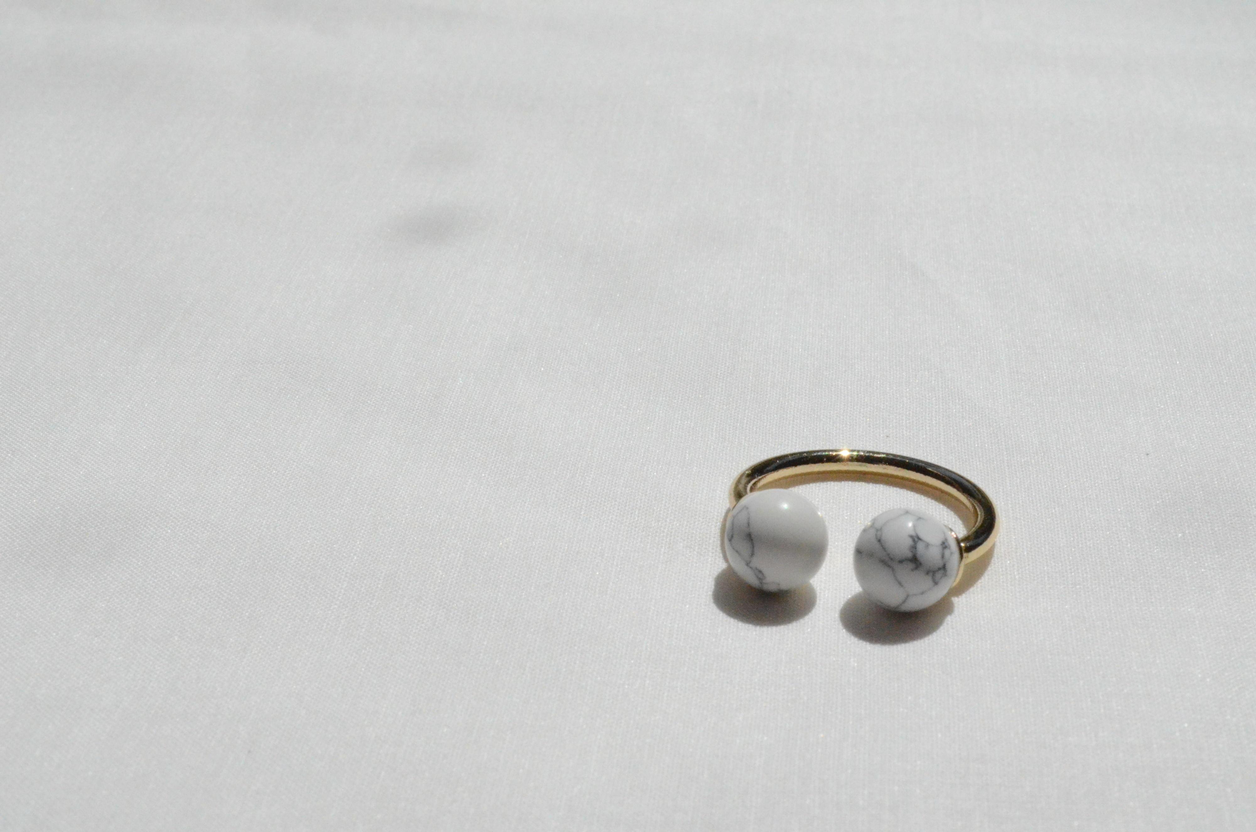 ラウンドストーン フォークリング ホワイト