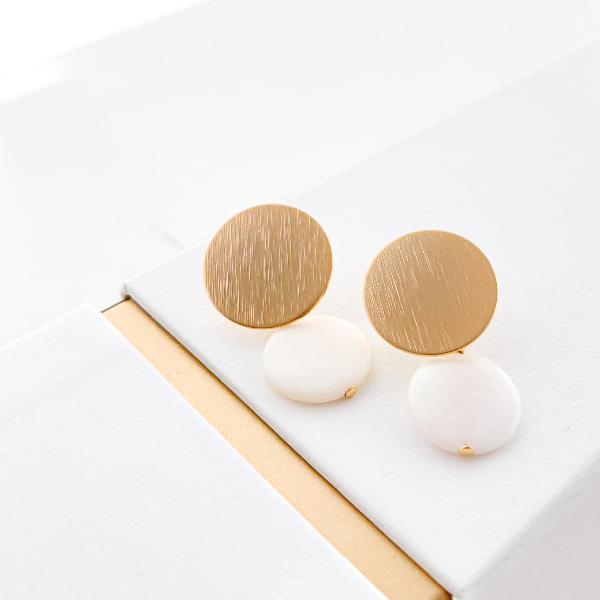 Matte gold circle shell pierce/earring
