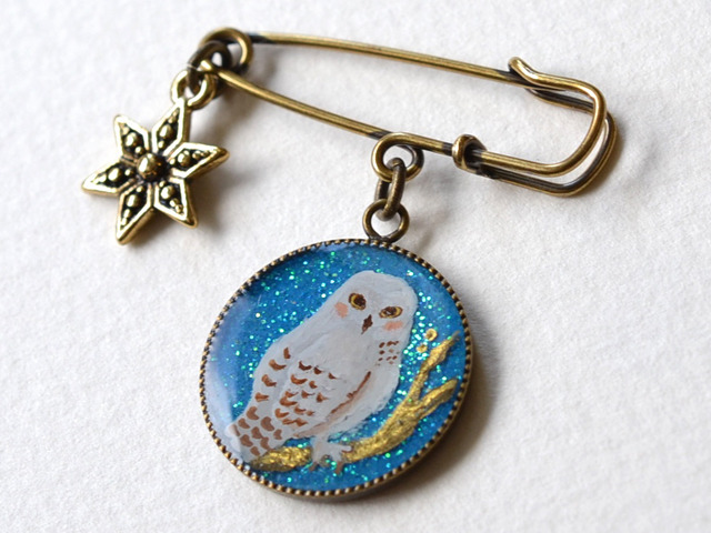 星空とシロフクロウのカブトピンブローチ