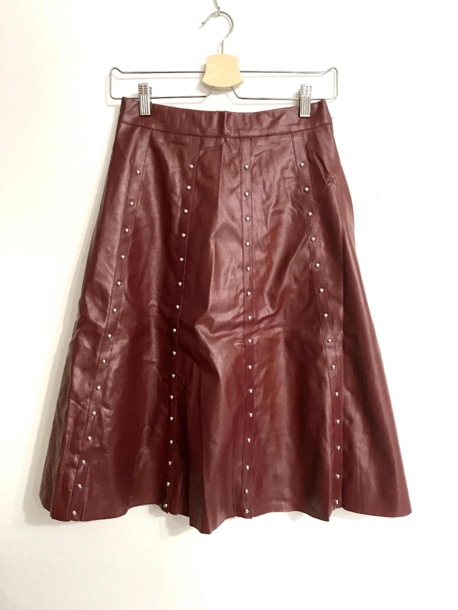 フェイクレザーのスタッズ付きスカート レンガ