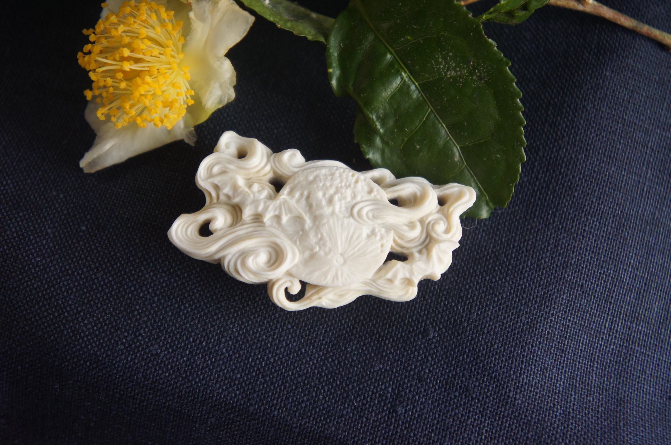 鹿角彫刻の帯留め「月齢」蝙蝠と浮雲
