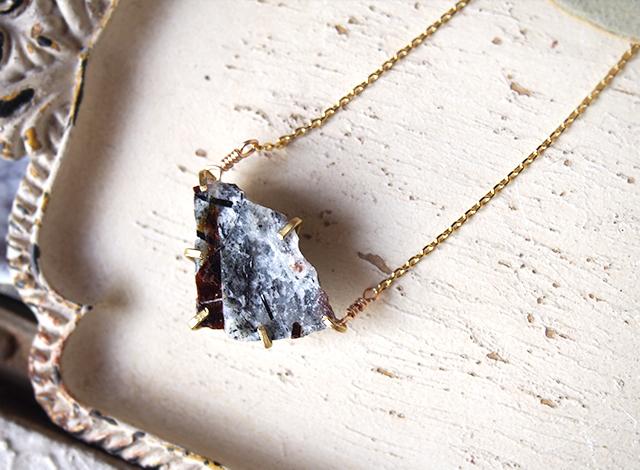[一点物]原石のアストロフィライトのネックレス