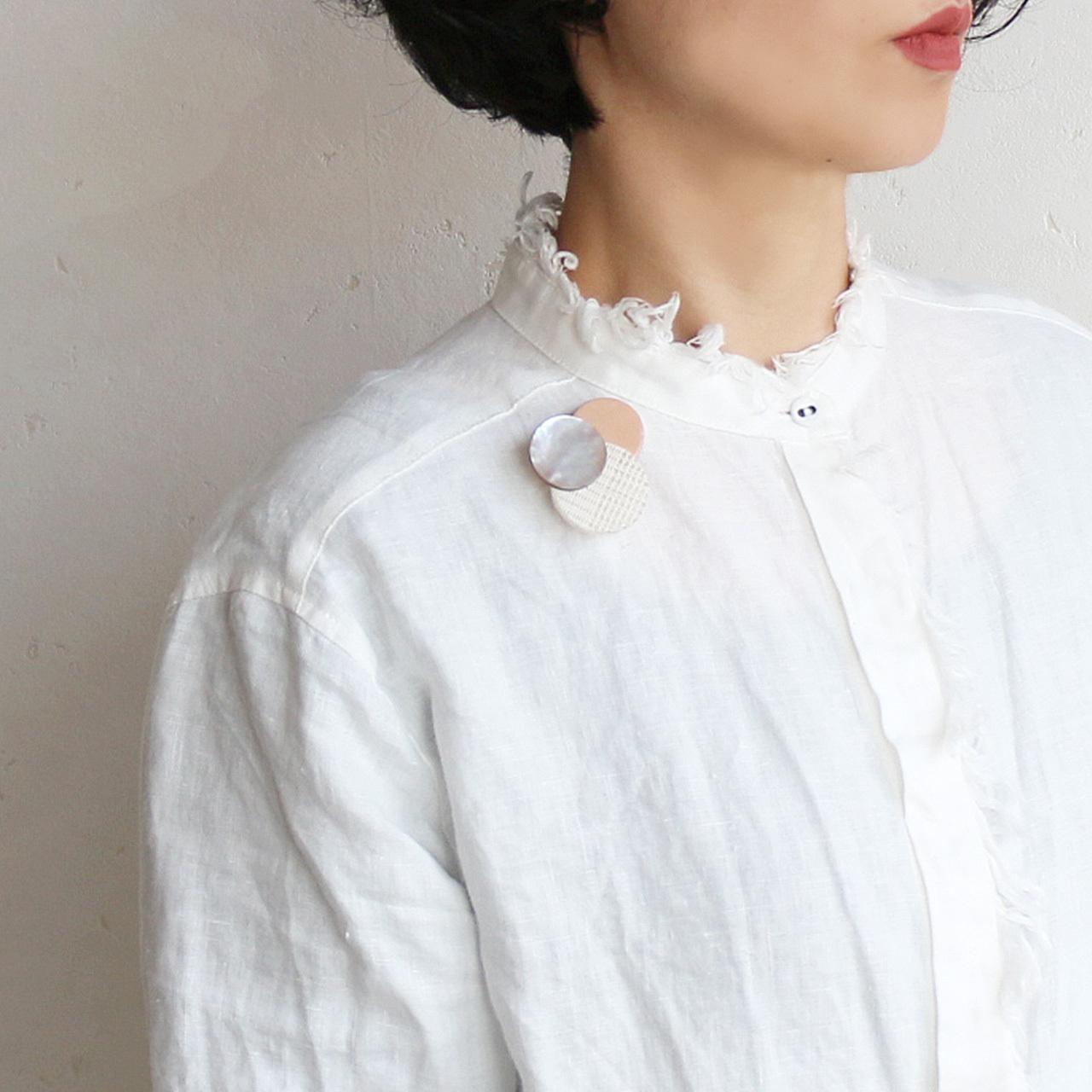 どんなお洋服にも似合う!シンプルフォルム 貝&牛革&麻のブローチ〈 Dots 〉Shell