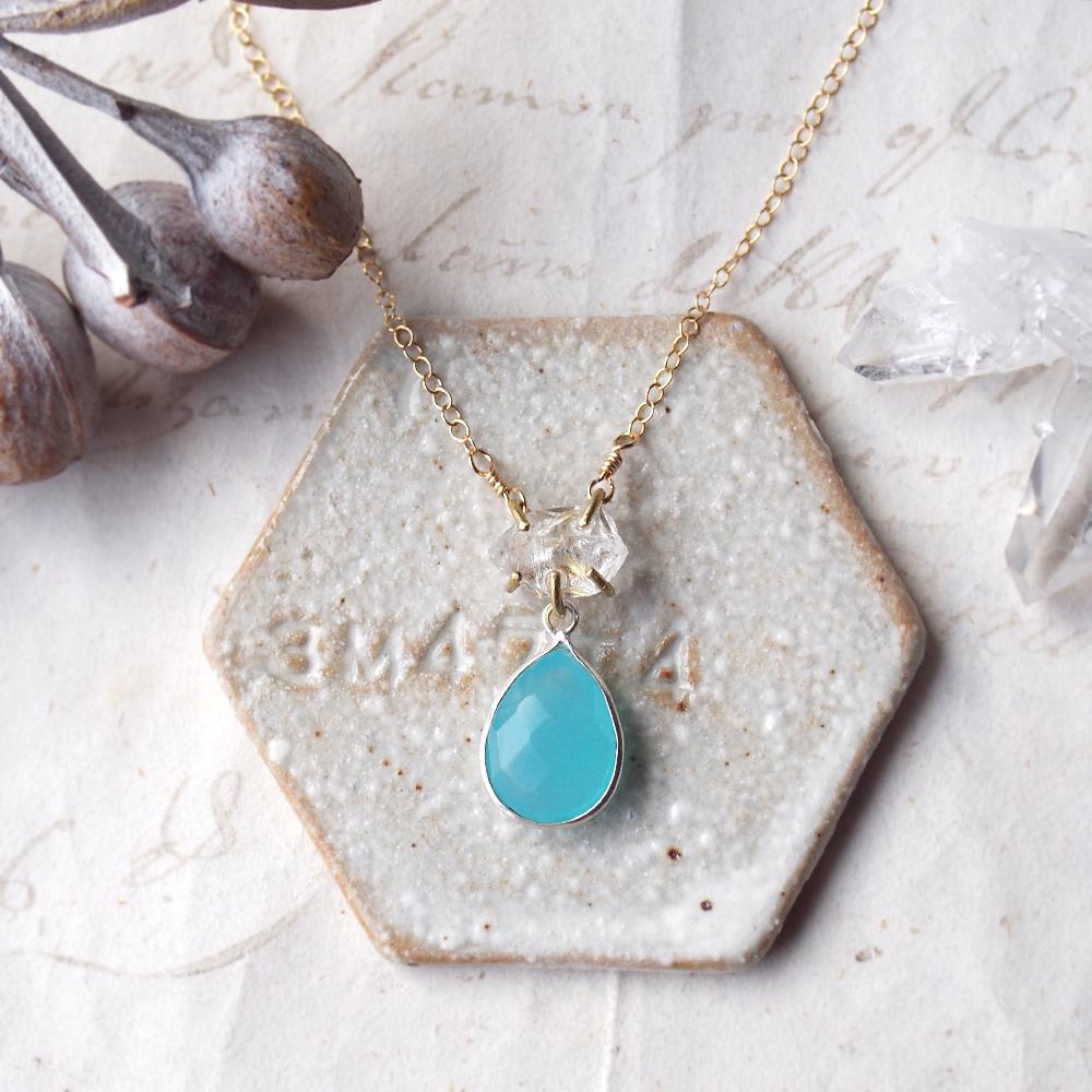 原石のダイヤモンドクォーツとカルセドニーのネックレス