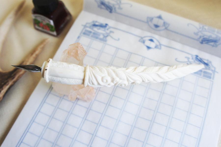 鹿角彫刻の羽根ペン A