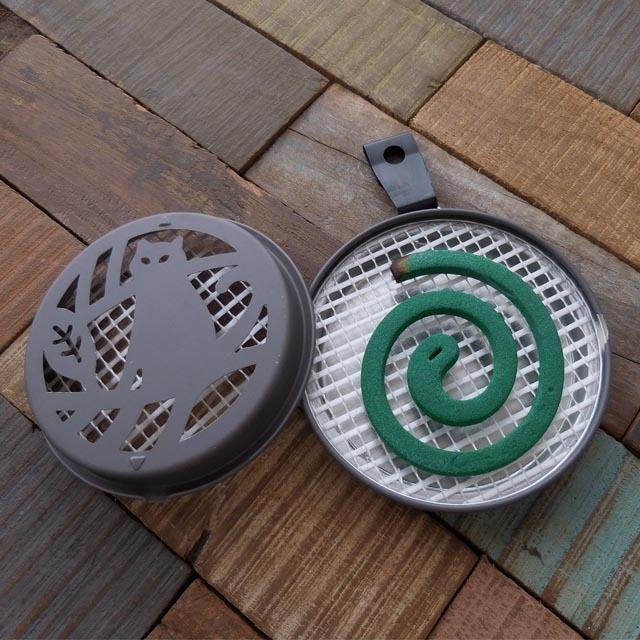 (120) デコレ ポータブル ミニ蚊遣り ネコ 吊り金具付き 携帯用 蚊取り線香入れ