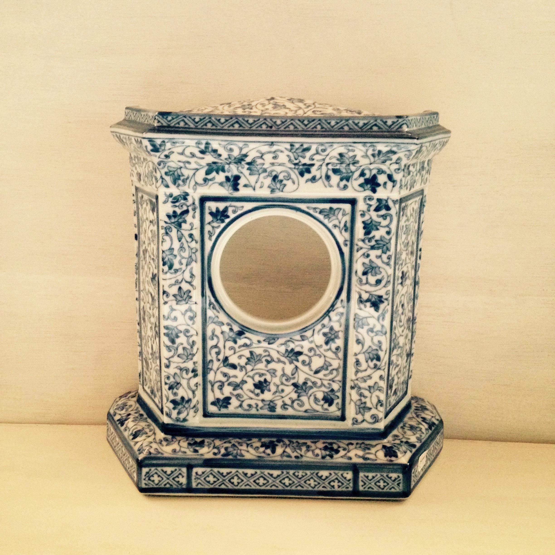 青い唐草模様の置き時計枠