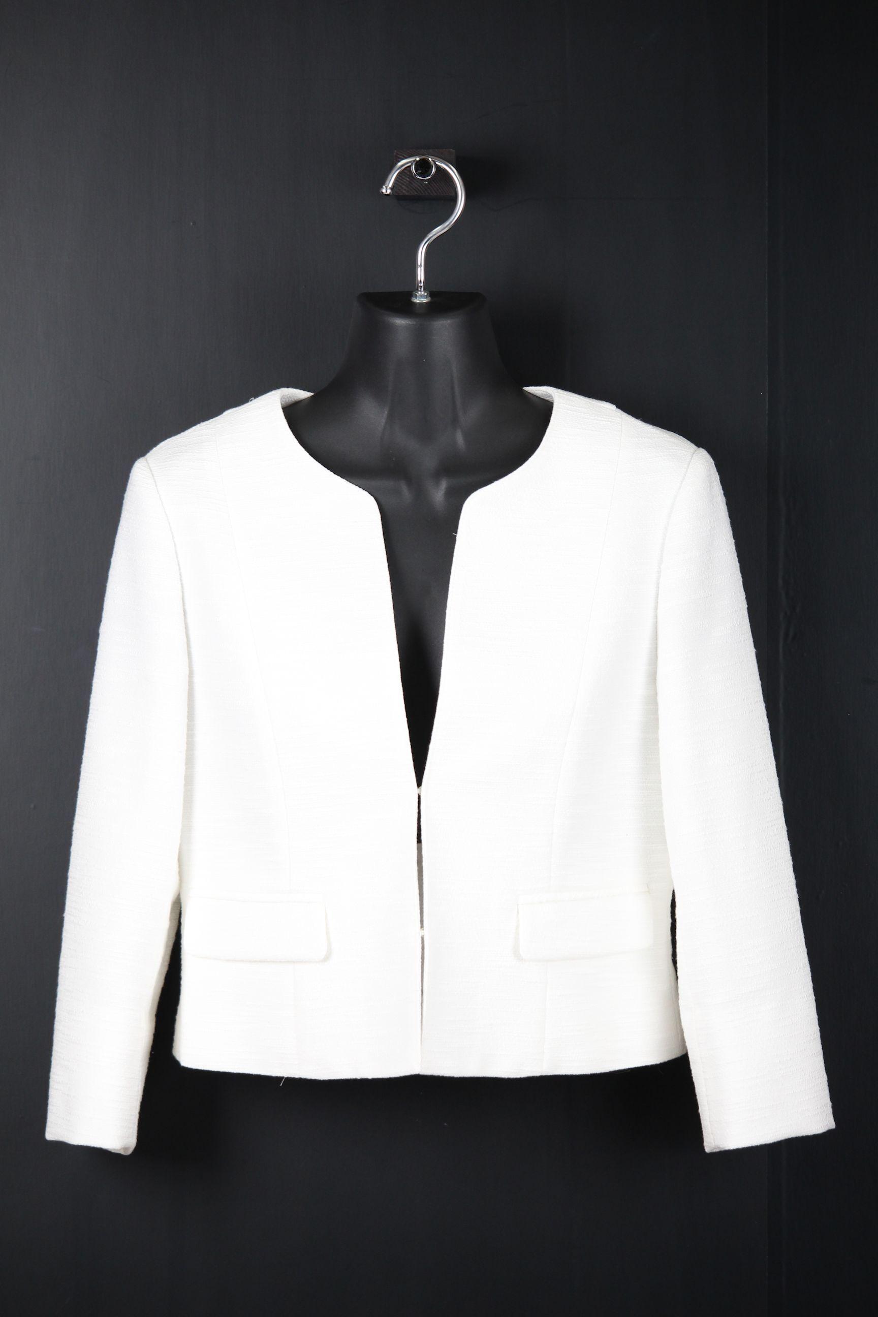深Vネック七分袖白ジャケット