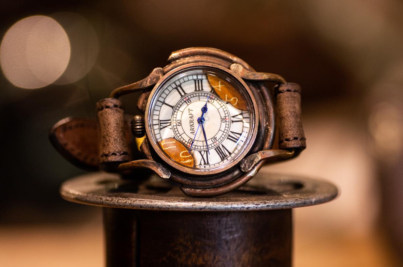 文字盤の一部を焼いた大き目の腕時計(Curtis Large/在庫品)