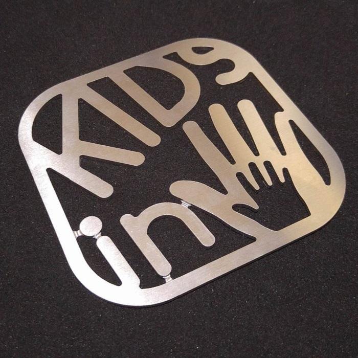 【KIDSサインプレート】子供が乗っています / プレゼントとしてもおしゃれ