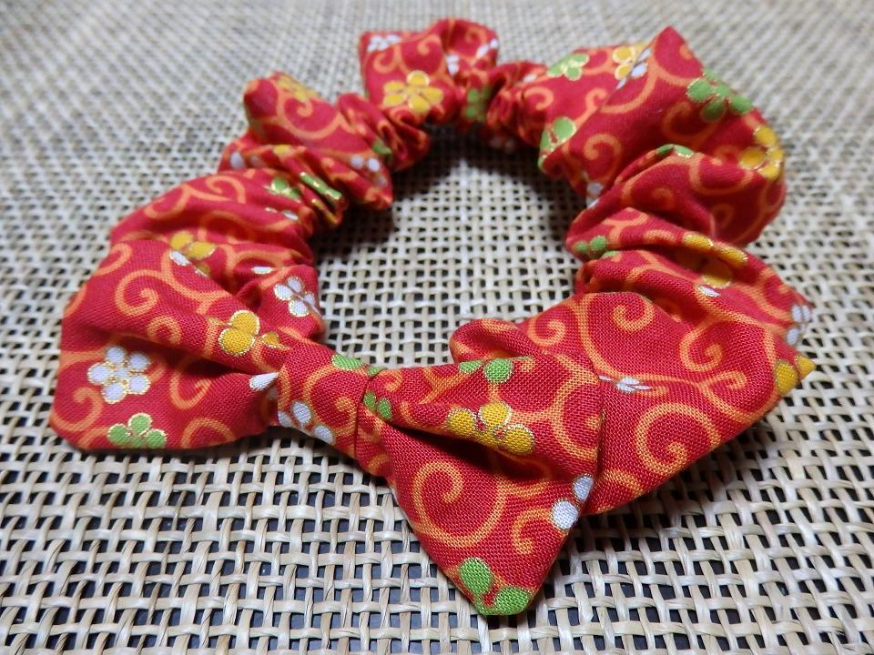 花唐草模様の蝶リボン付きシュシュ首輪【赤】