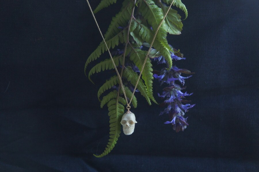 鹿角製小さい頭蓋骨「朝と夕べのメメント・モリ」ネックレス【C】
