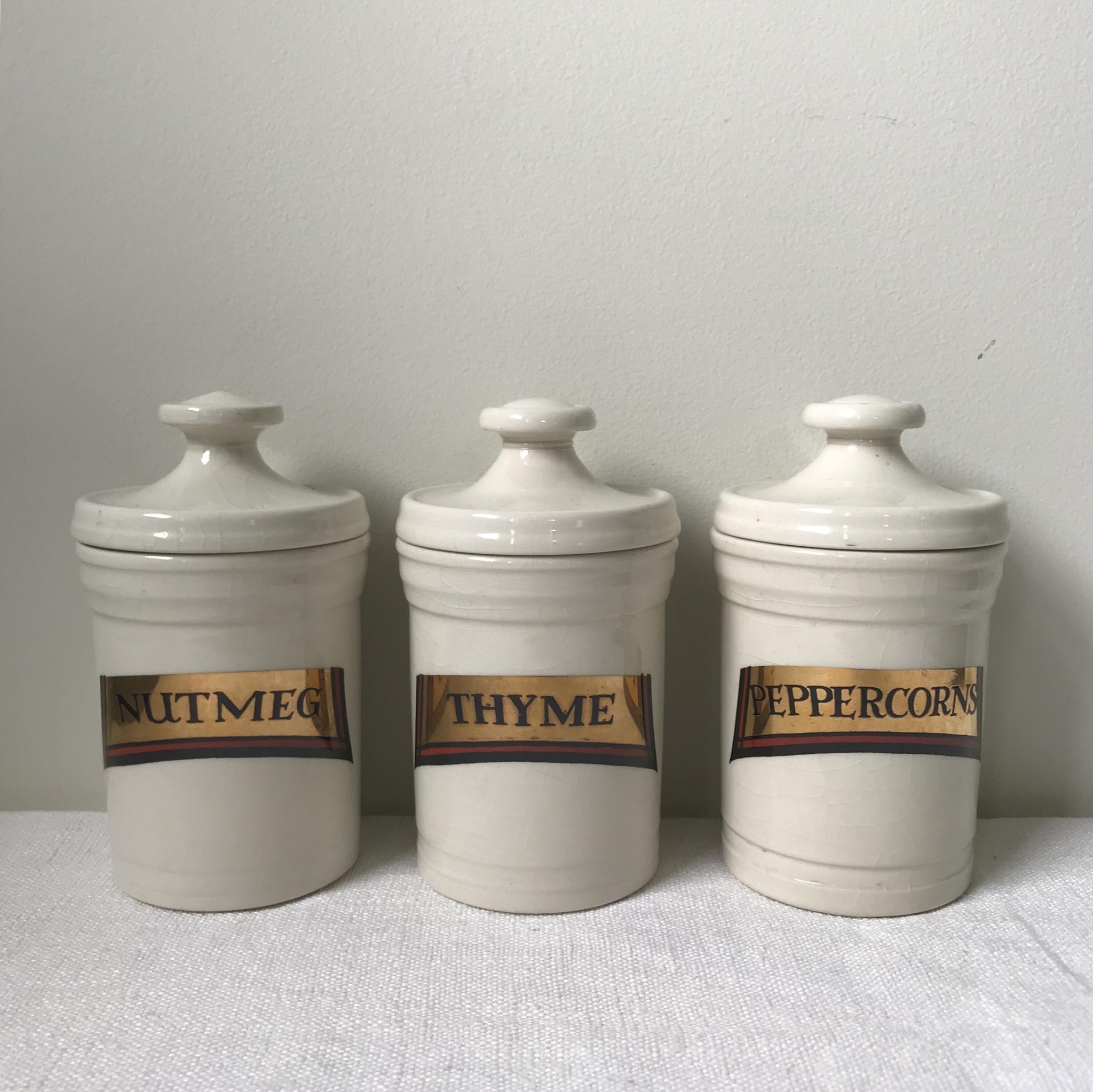 陶器のスパイスジャー