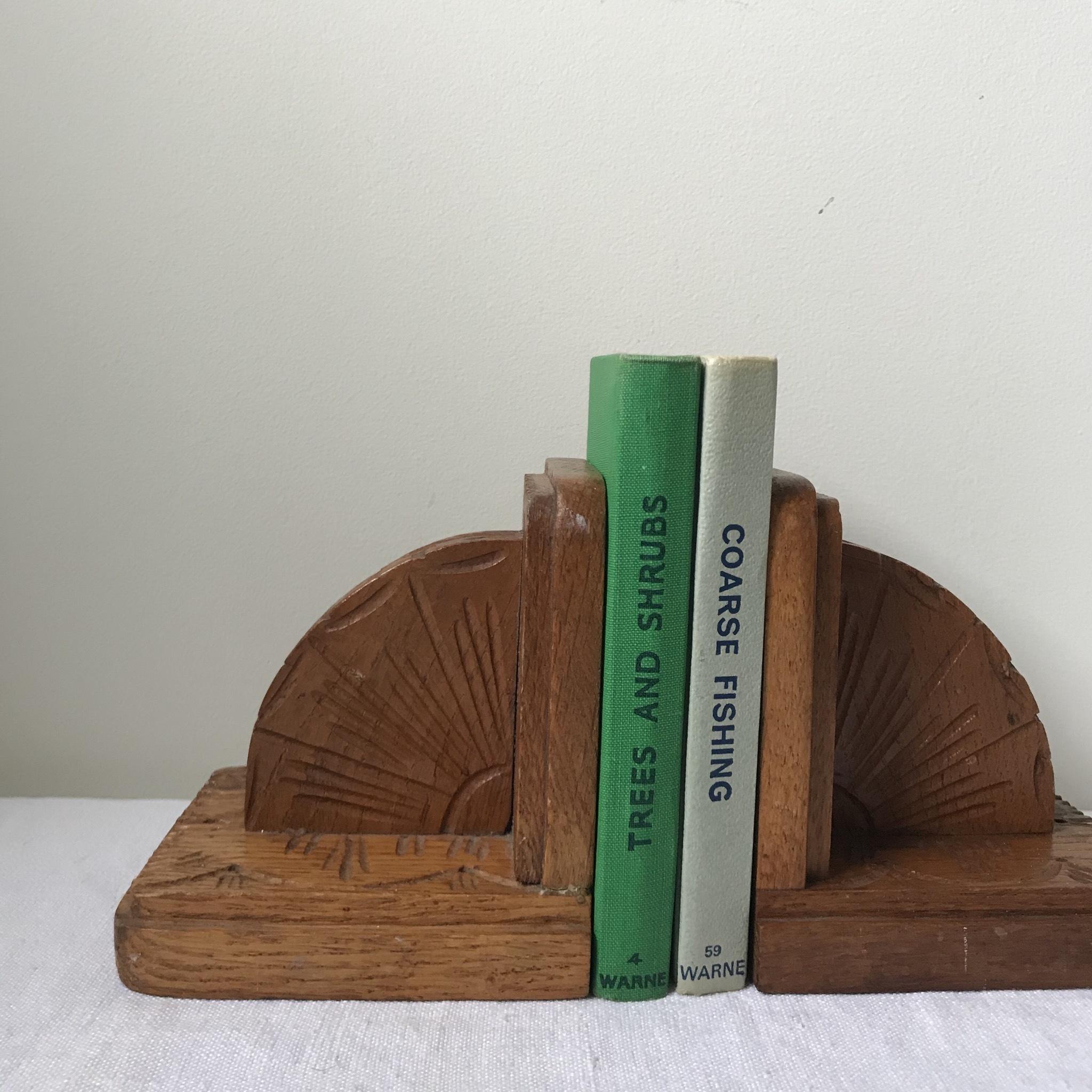 手彫りのブックエンド