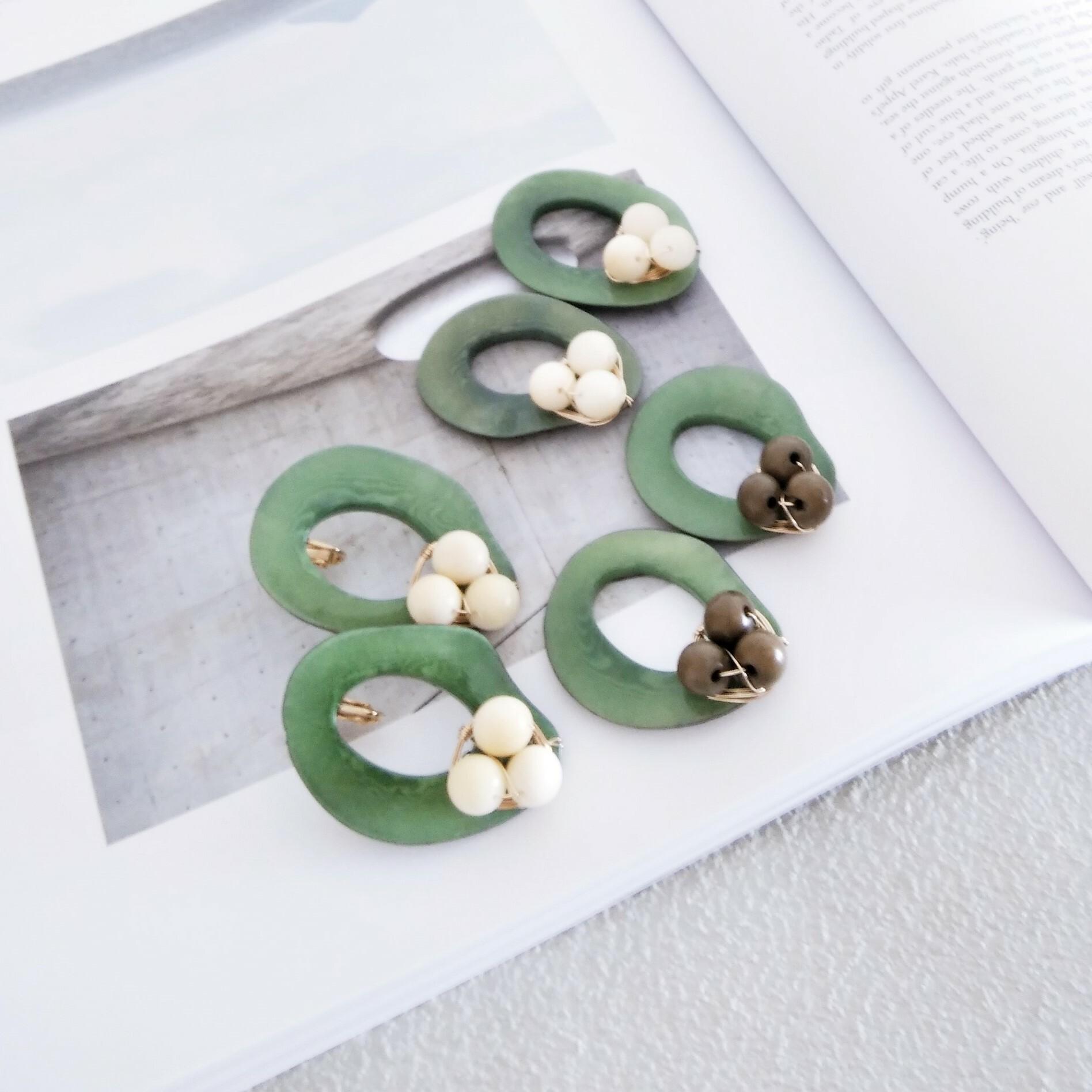送料無料14kgf*Khaki x Ivory Tagua Nuts pierced earring/earring