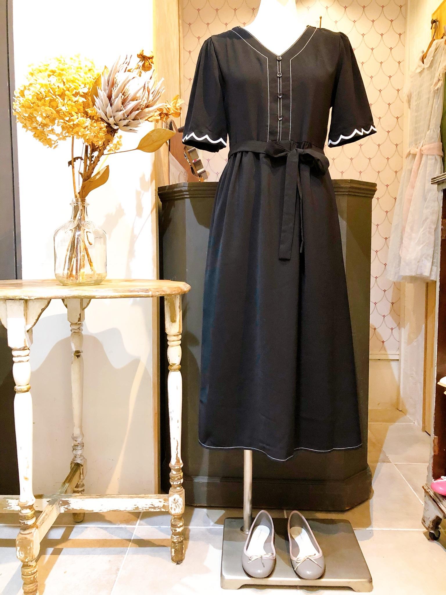 スカラップ刺繍袖ブラックワンピース