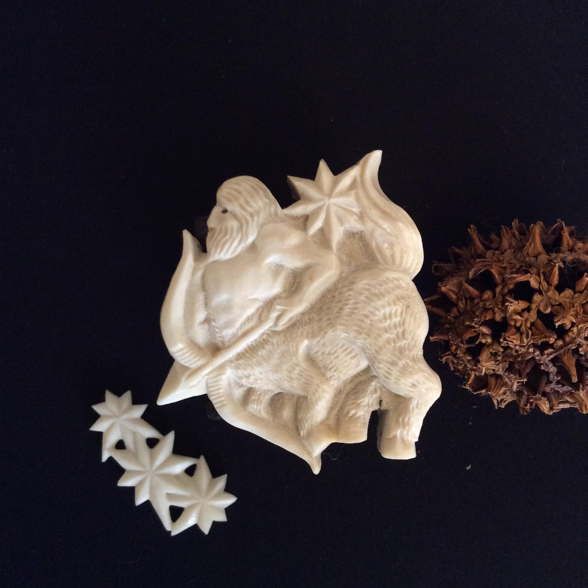 鹿骨彫刻のブローチ「sprite」ケンタウロス