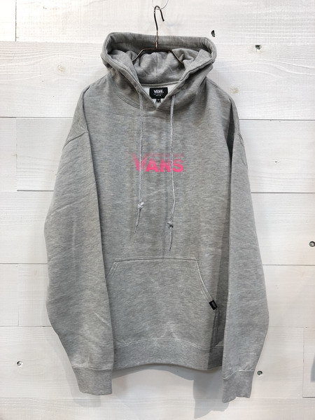VANS (バンズ) ロゴプリントプルオーバーフーディ Gray/Pink (グレー/ピンク) VA18FW-MC25