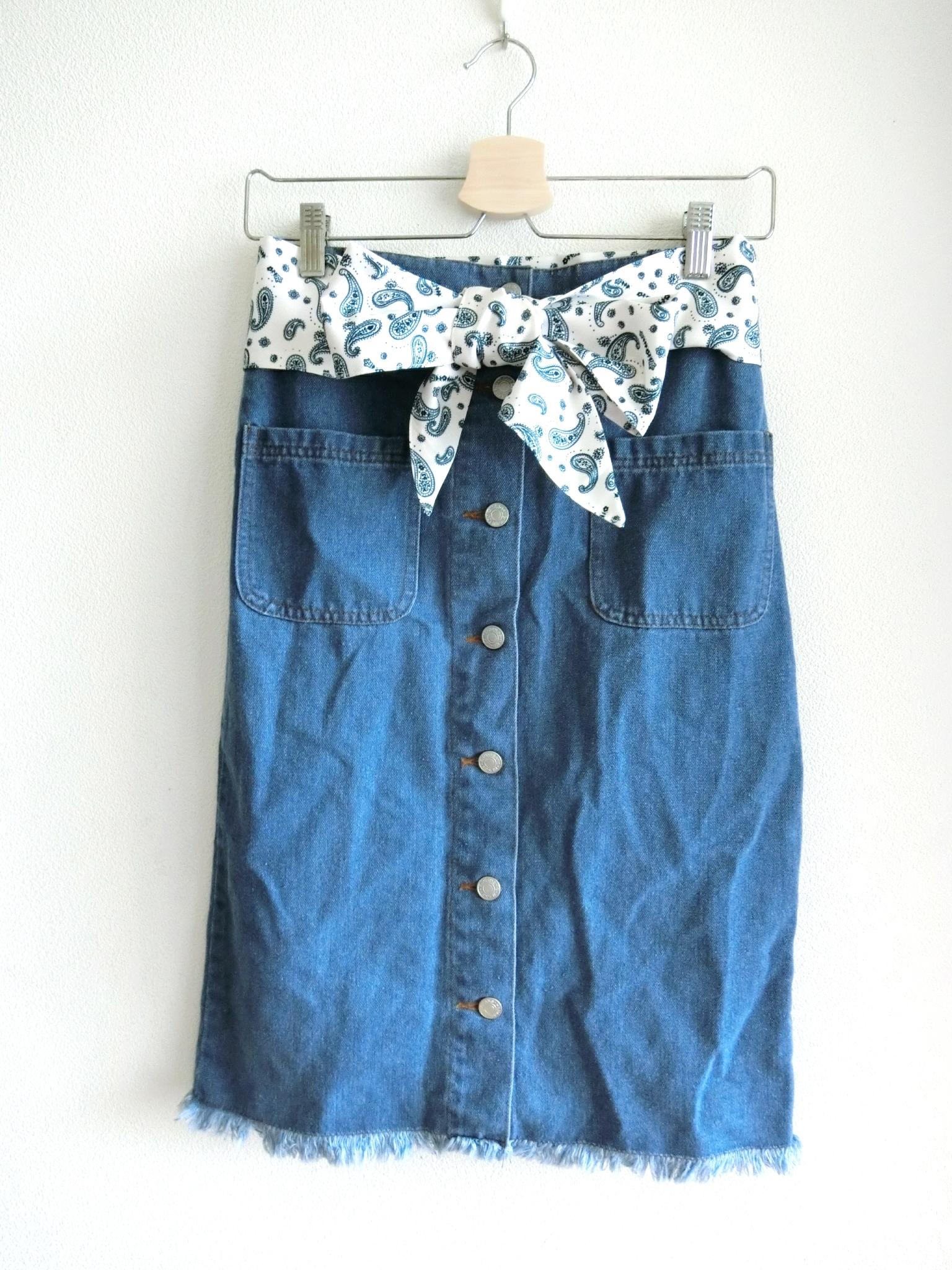 バンダナ付きフロントボタンのタイトデニムスカート