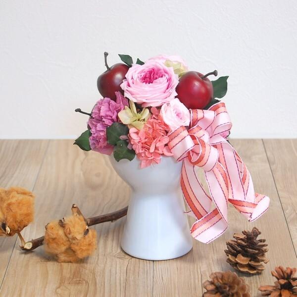 【プリザ】 ポムフルール林檎とカップ咲きバラとカーネーションのアレンジ