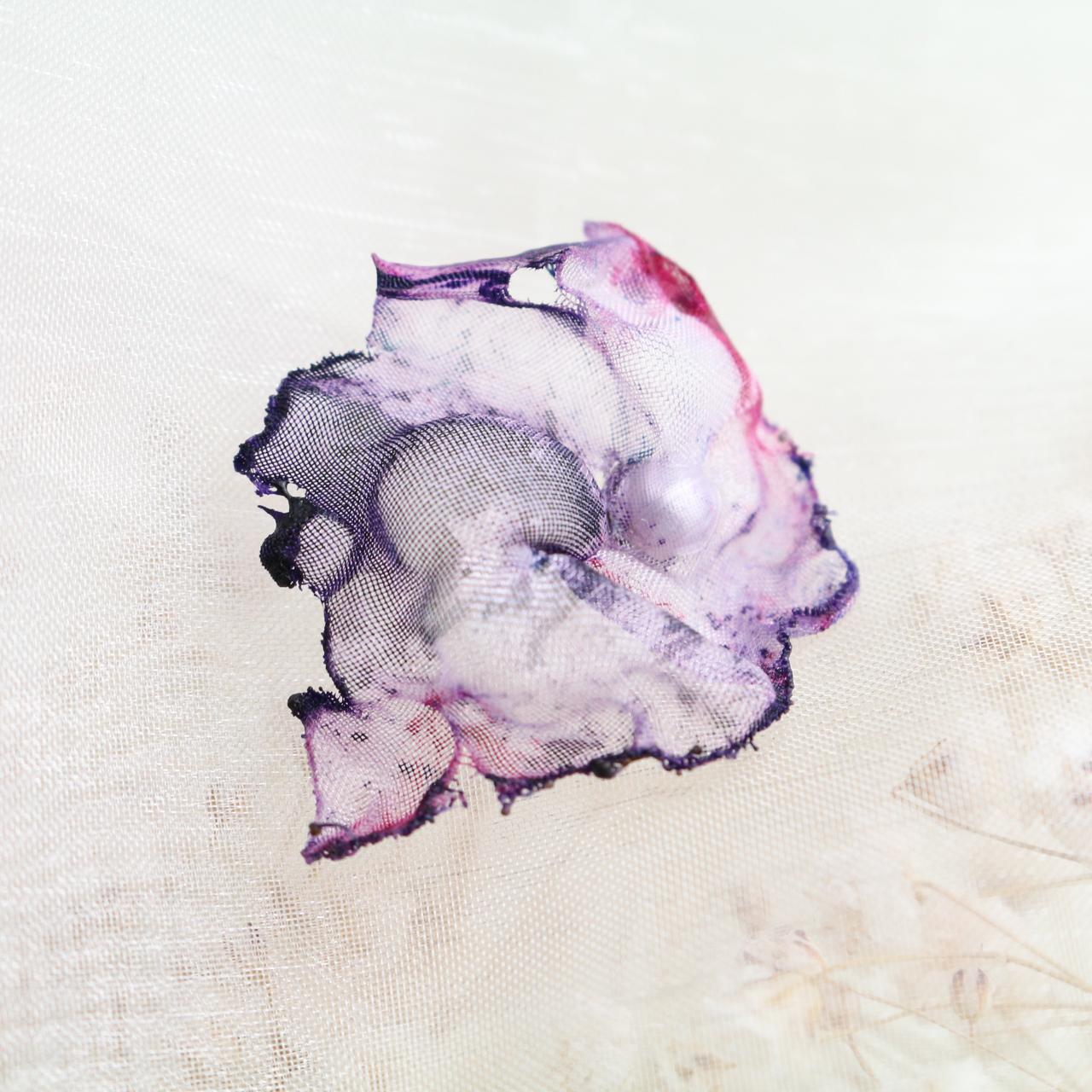 白紫 染めオーガンジーの片耳アートピアス
