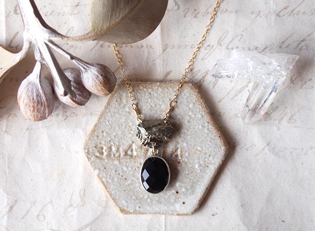 原石のパイライトとオニキスのネックレス