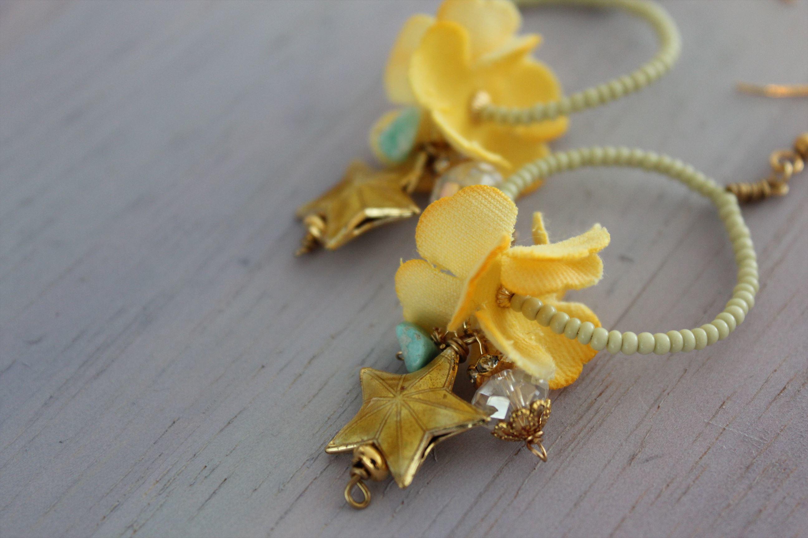 染め花と金色の星のフープピアス