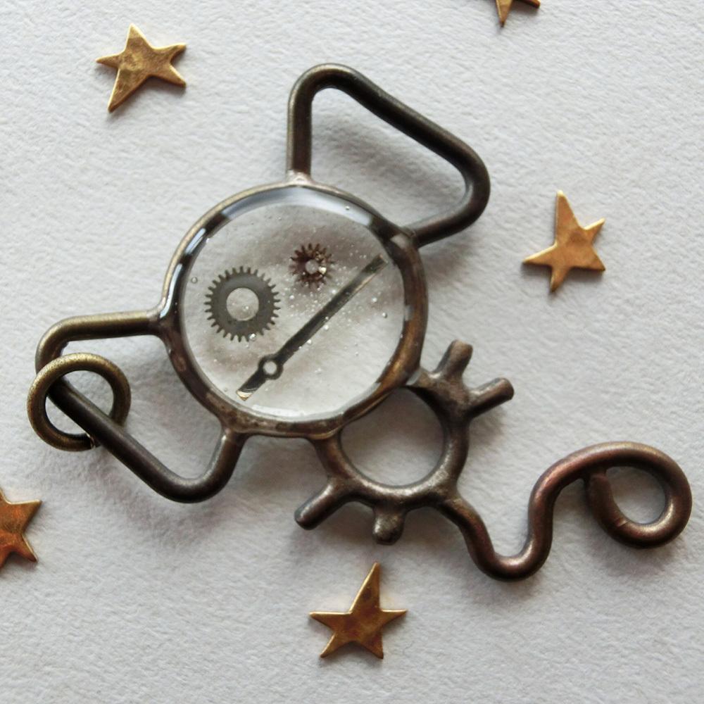 【サル】b ~ ペンダントトップ ※革紐やチェーンは付属いたしません。 真鍮 レジン 時計パーツ #1418