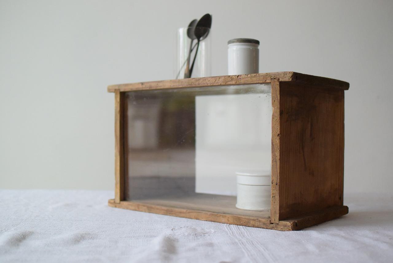 素朴なガラス入りのボックス