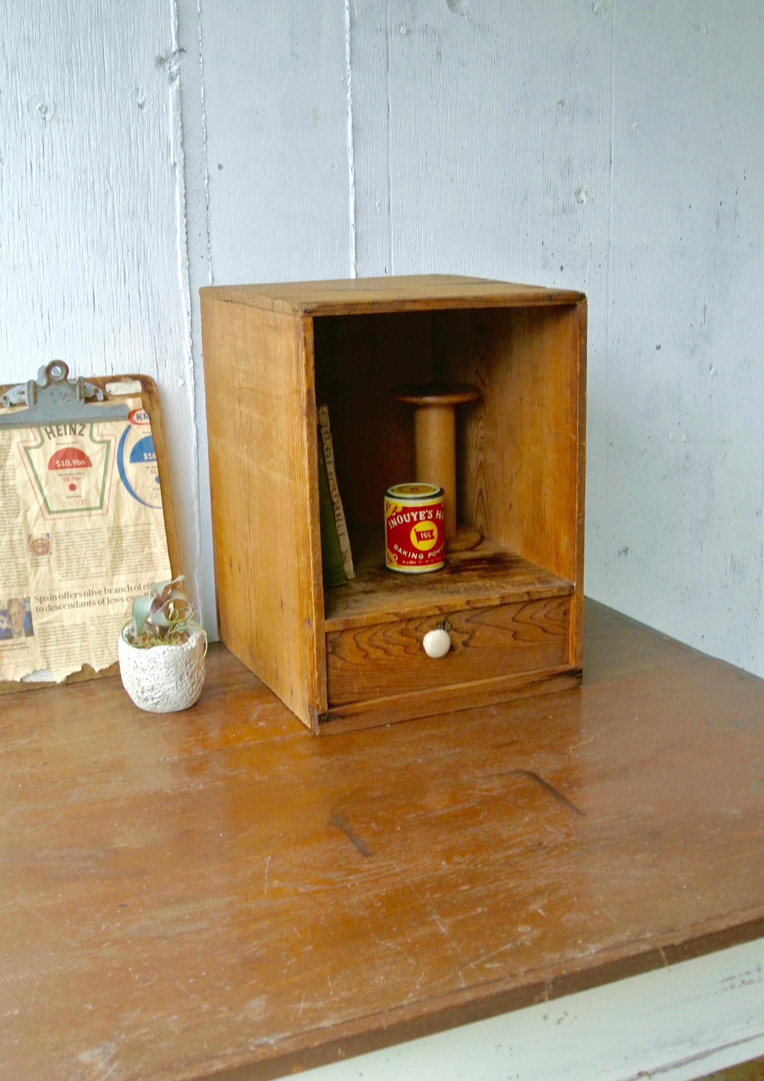 白い取手の収納棚[古家具]