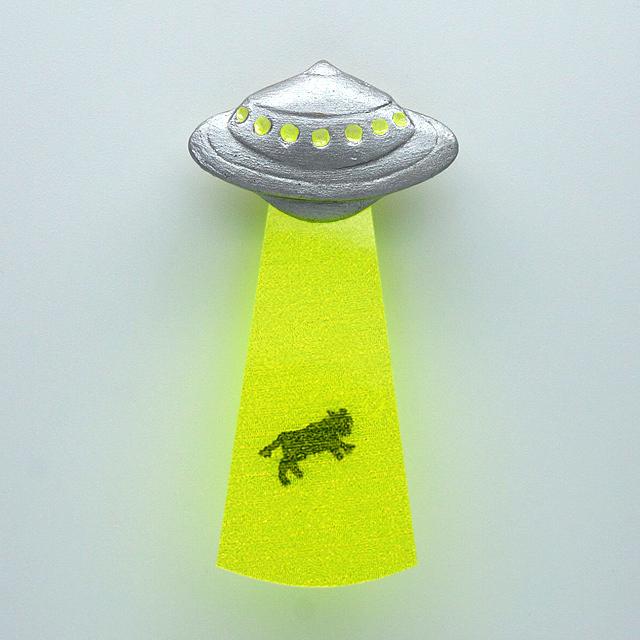 UFO吸い上げブローチ