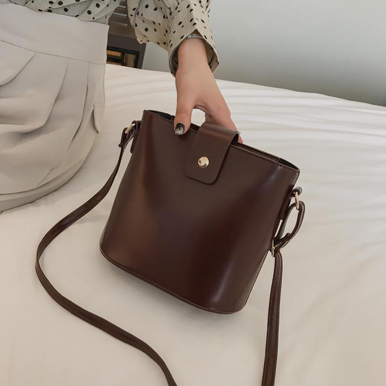 【即納】【送料無料】おしゃれな レザー調 ♡ シンプル 定番 大人可愛い きれいめ カジュアル ショルダーバッグ