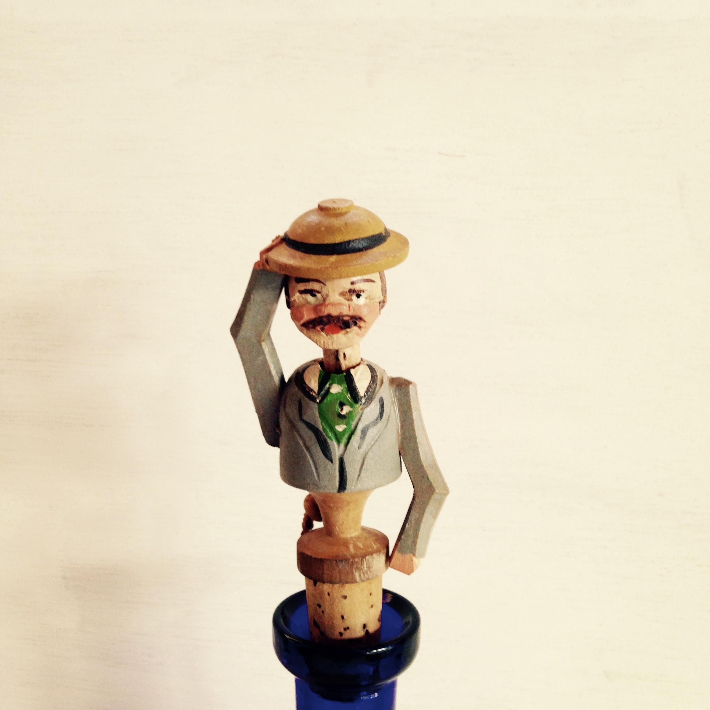木彫りのコルク栓 (挨拶します)