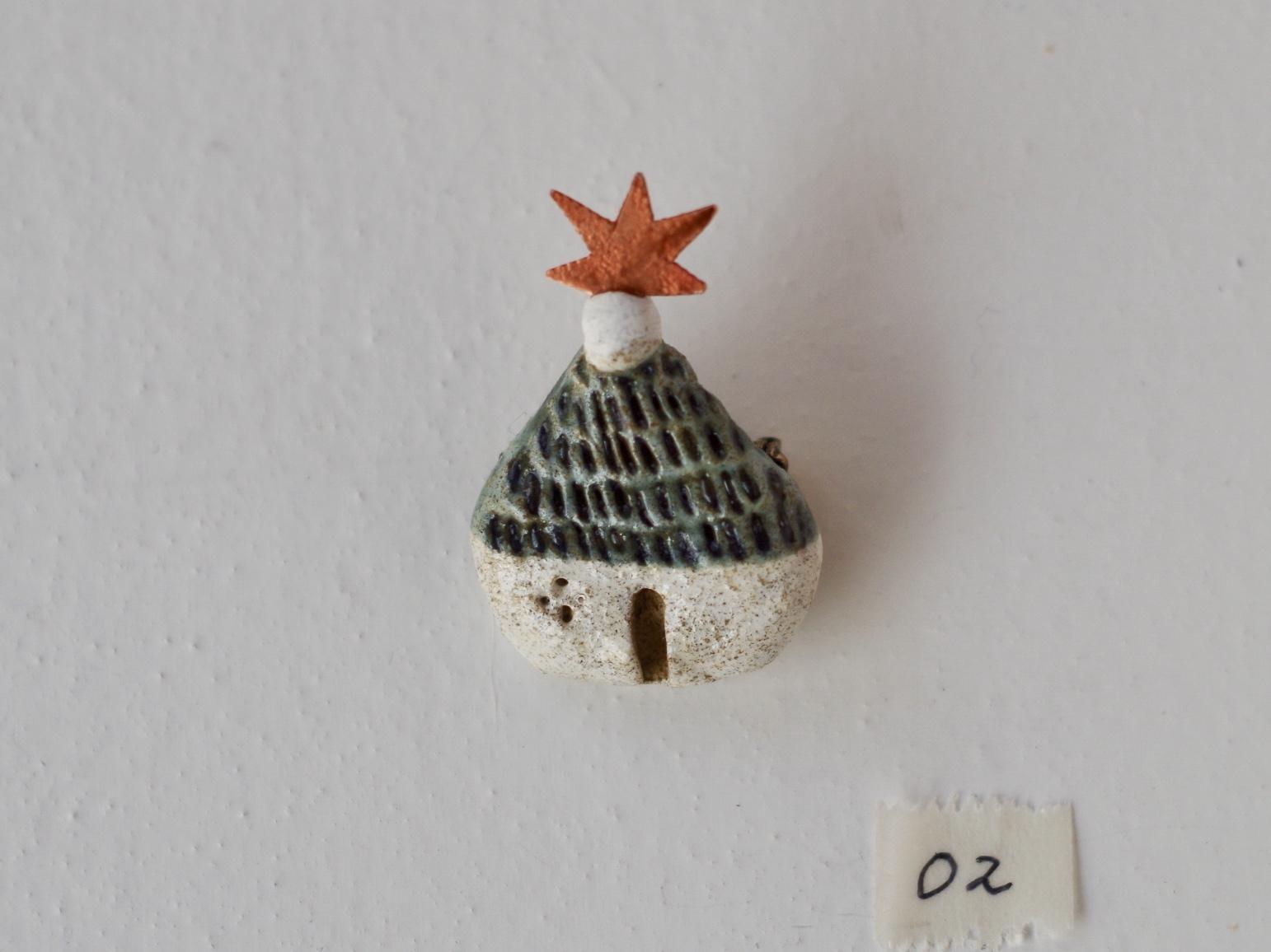 青い屋根の星の家ブローチ02