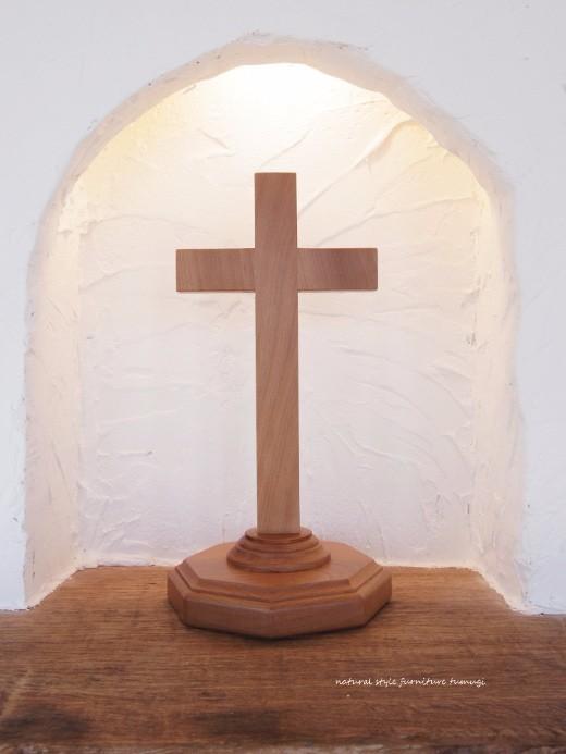 木の十字架(クロス)台付き・高さ約26cm[在庫あり]