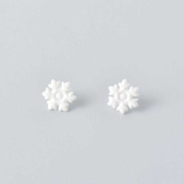 白磁の雪の結晶ピアス
