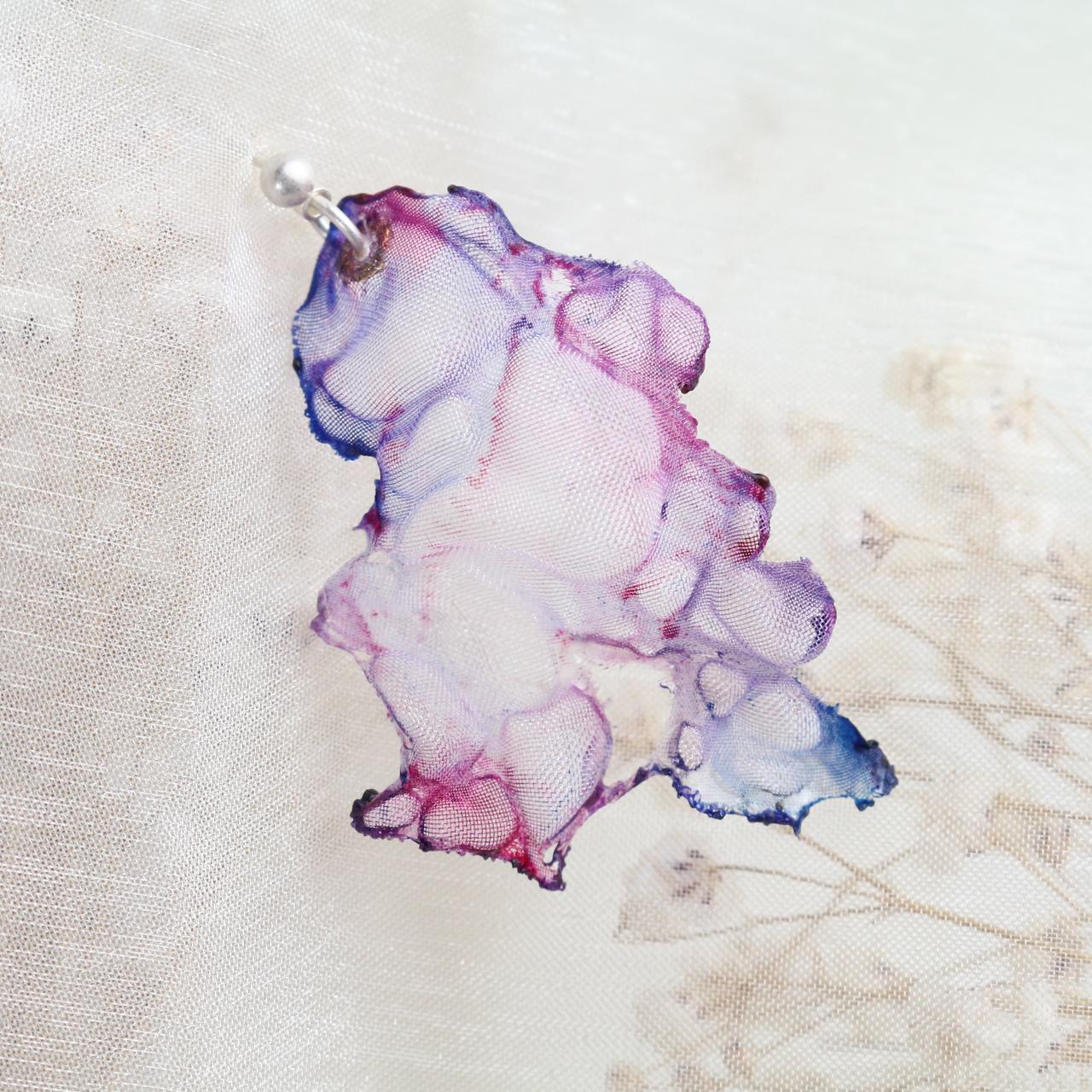 染めオーガンジーのゆれるアートピアス|薄ピンク
