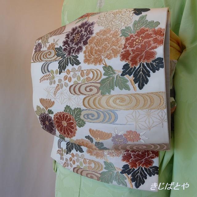 正絹 白地に季節の花々の袋帯