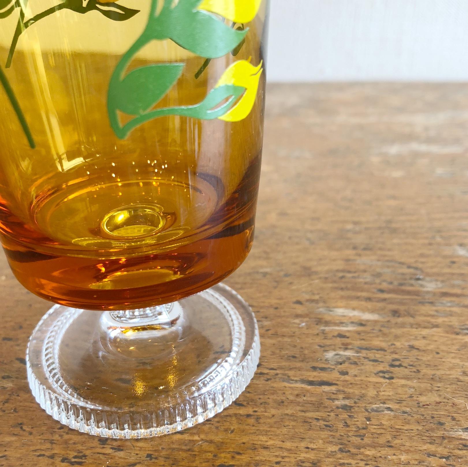 アデリア 花柄脚付きアンバーグラス