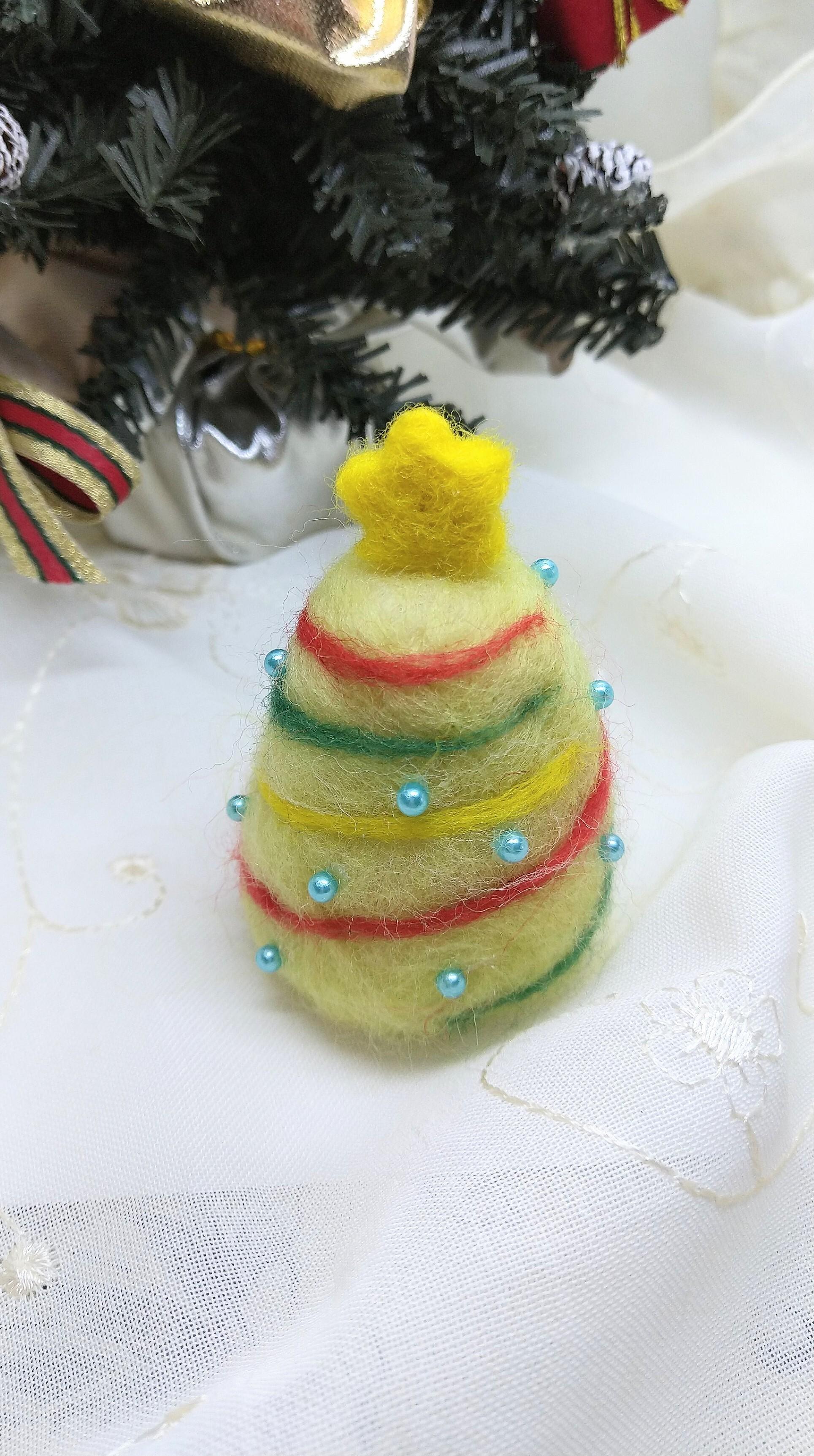 羊毛の小さなクリスマスツリー