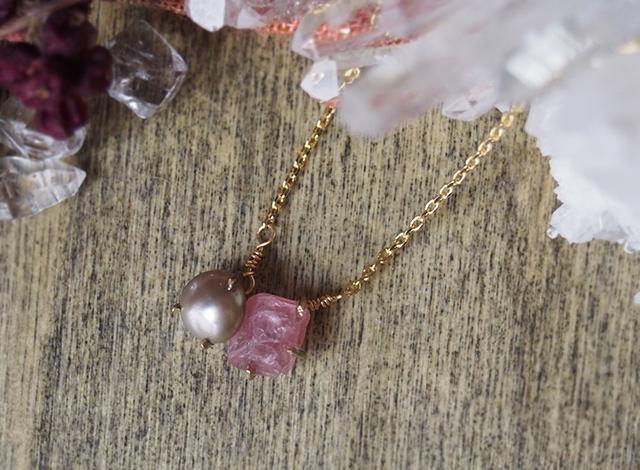 原石のピンクスピネルとグレーパールのネックレス